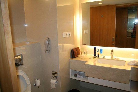 Holiday Inn Amritsar Ranjit Avenue: Bathroom