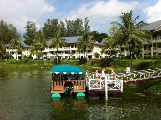 Outrigger Laguna Phuket Beach Resort : Il battello per la zona commerciale