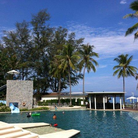 Outrigger Laguna Phuket Beach Resort : Piscina con scivolo
