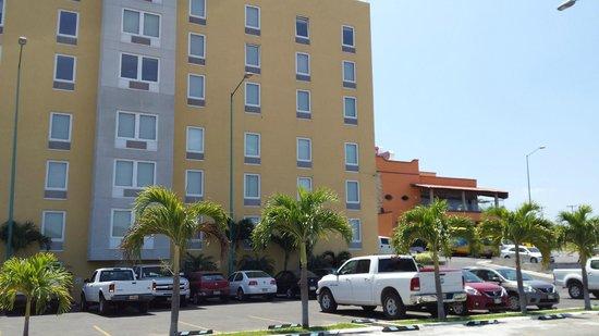City Express Tuxtla Gutierrez: Здание отеля с парковкой