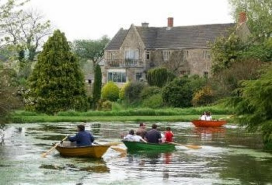 Batcombe Vale Campsite: Boating on the lake in front of Batcombe House