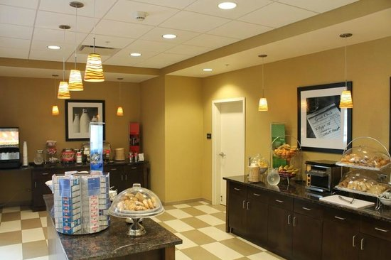Hampton Inn & Suites Rochester / Henrietta: Complimentary hot breakfast