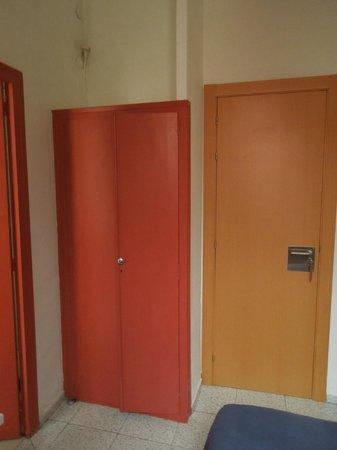 Hostal River: Da sinistra: armadietto e porta d'ingresso della camera