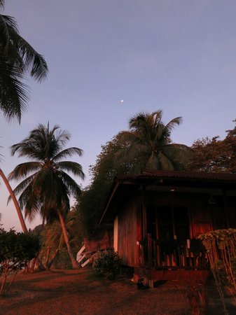 Redang Kalong Resort: Moon during Sunrise