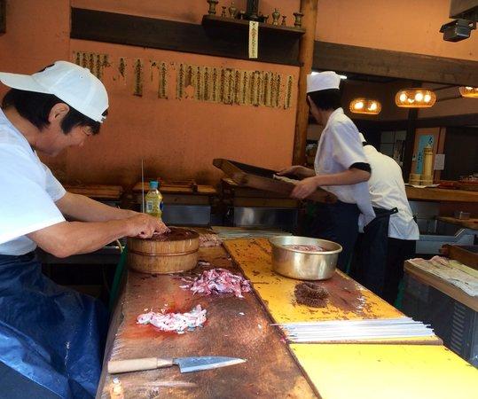 Surugaya : Preparing the eel