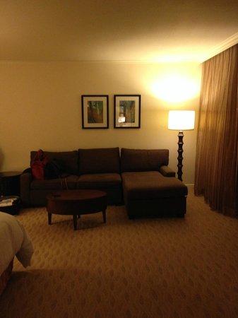 Hilton Hawaiian Village Waikiki Beach Resort: Couch in Seating Area