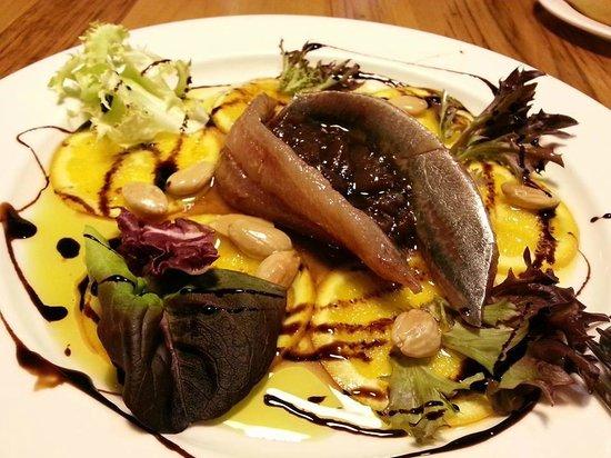 Restaurante El Molín de la Pedrera: Lomos de sardina con cebolla caramelizada,  naranja, almendras y ensalada
