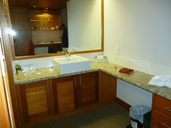 Commodore Airport Hotel, Christchurch: Large Dressing/Bathroom Area
