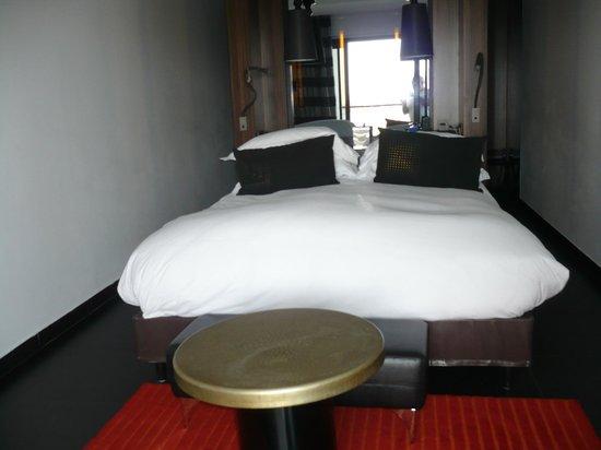 Sofitel Agadir Thalassa Sea & Spa: derrière la tête de lit se trouve la douche séparée par une vitre