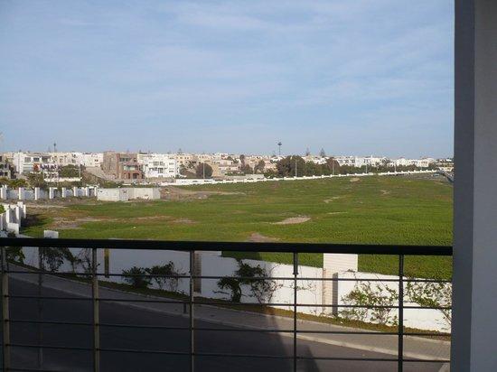 Sofitel Agadir Thalassa Sea & Spa: en bas la route qu'emprunte les camions de livraison