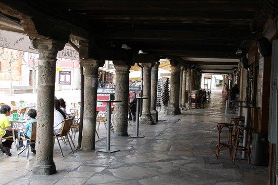 La Esquina de Colás: Vista de los soportales que cobijan el local.