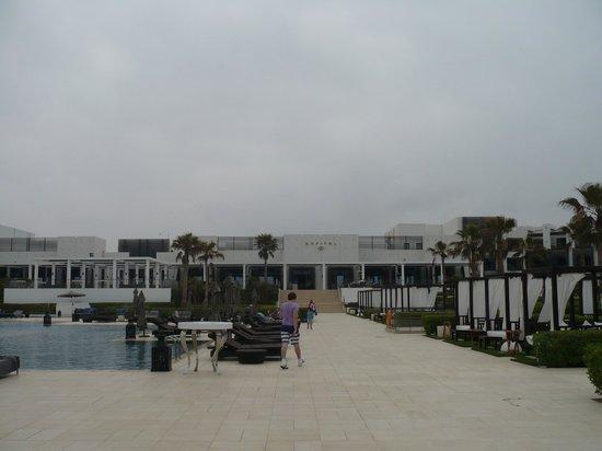 Sofitel Agadir Thalassa Sea & Spa: autour de la piscine sont installés des matelas surélevés