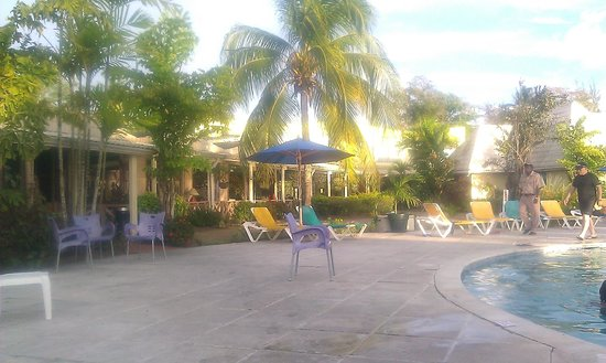Turtle Beach by Rex Resorts: Poolside scene