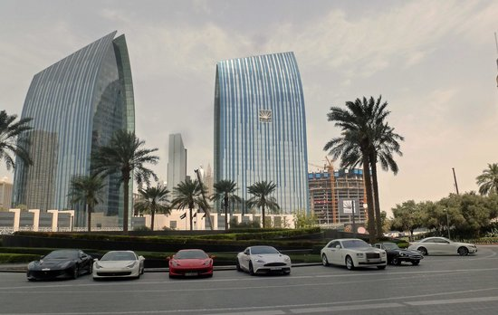 Armani Hotel Dubai: Fancy Cars at entrance