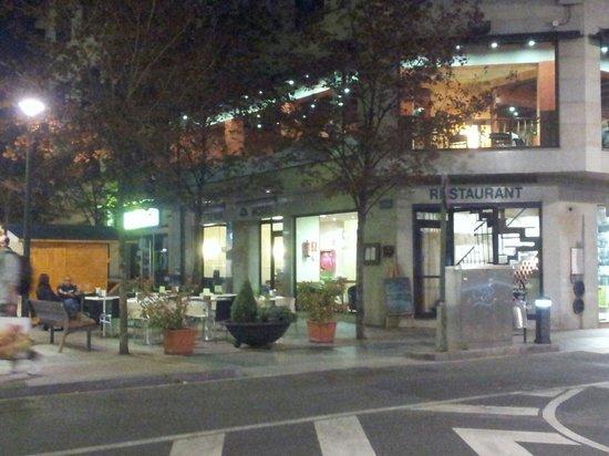 Hotel Tivoli: Restaurante y la calle peatonal por donde entras al hotel