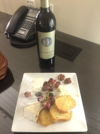 Kimpton Donovan Hotel: The free wine and cheese