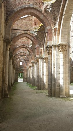 Abbazia di San Galgano: Una navata laterale