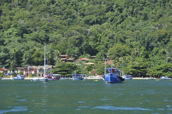 Pousada Tagomago Beach Lodge: Bucht mit Tago Mago (rot-oranges Haus weiter oben)