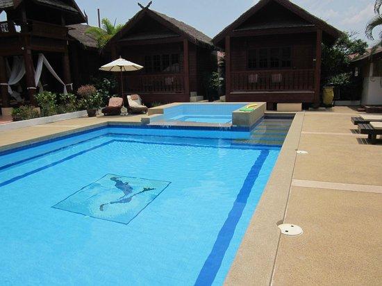 Jaidee Resort: En lagom stor pool att kunna svalka sig i efter att suttit i solen.