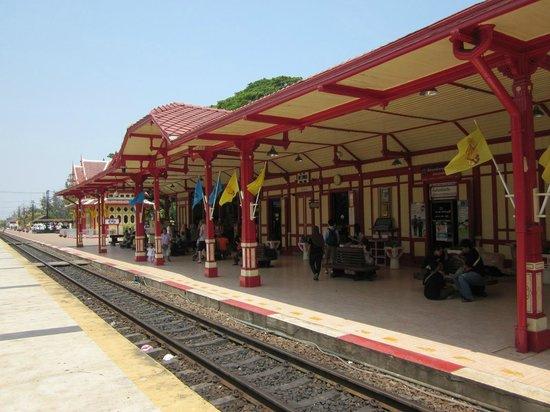 Jaidee Resort: Den vackra gamla tågstationen, utsmyckad med snirklig thai arkitektur.