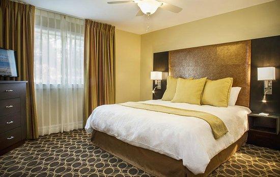 مارين سويتس هوتل: Bedroom with King Bed