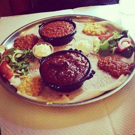 La Reine de Saba: Viande hachée et ragoût de boeuf avec galettes et légumes