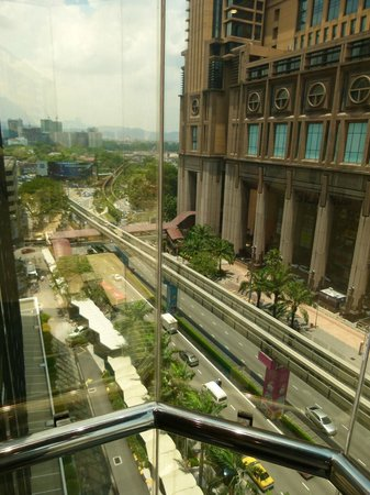 Melia Kuala Lumpur: Vue de l'ascenseur avec vue panoramique sur le boulevard Jalan Imbi