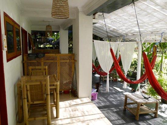 Damai Homestay: les terrasses des chambres