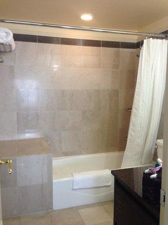 Warwick Denver Hotel: Big Shower
