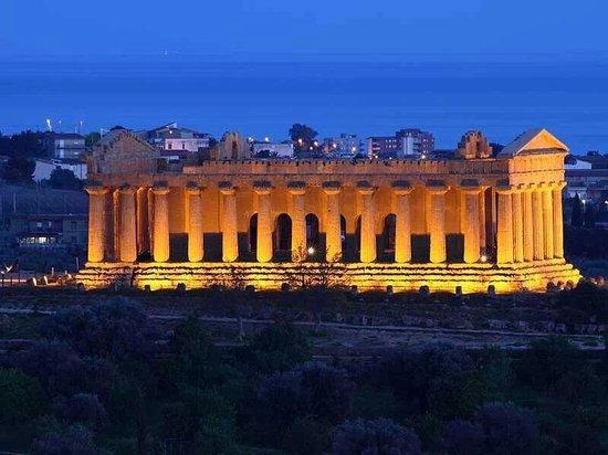 Tempio della Concordia : Di notte appare superlativo!! Piero