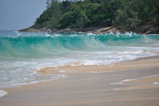 Sakhu, Thailand: Волны на пляже