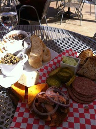 Prairie Berry Winery : Spreads, breads, meats, and cheeses