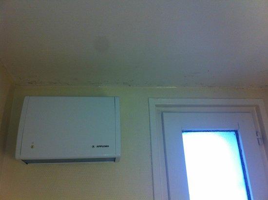 Ibis Marne La Vallee Champs : le plafond de la salle de bains