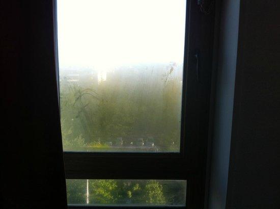 Ibis Marne La Vallee Champs : la fenêtre de la chambre au matin
