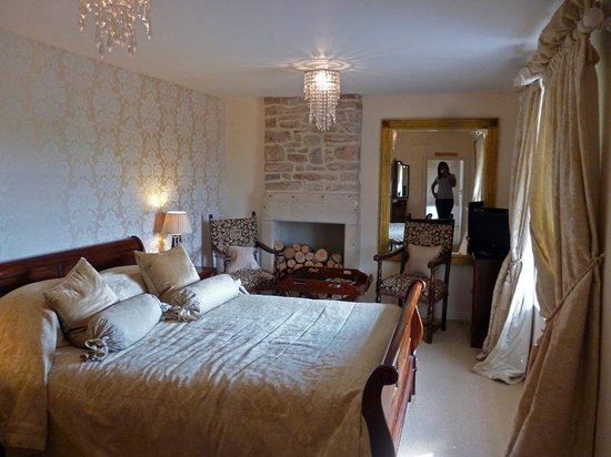 """The Holcombe Inn : The """"Old English"""" suite/room"""