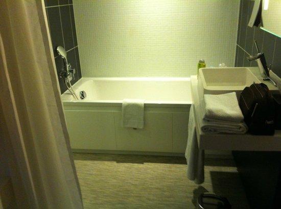 Novotel Suites Paris Issy les Moulineaux: une belle baignoire