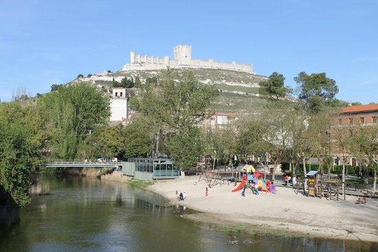 Castillo de Peñafiel: El castillo visto desde el puente sobre el río.