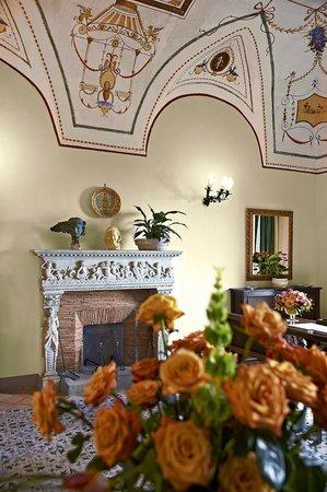 Villa Cimbrone Hotel: Handmade Fireplace