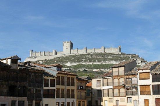 Plaza del Coso: La plaza, y al fondo el castillo.