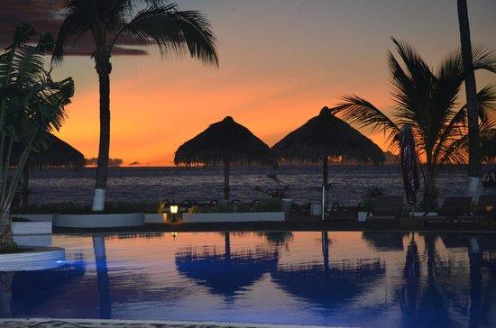 Andilana Beach Resort : TRAMONTO PISCINA