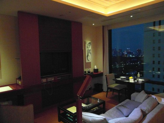 The Peninsula Tokyo: room at night