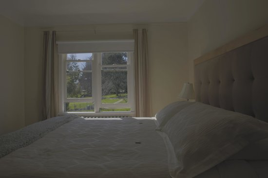 Fairholme Manor: Government House grounds outside the bedroom; super quiet