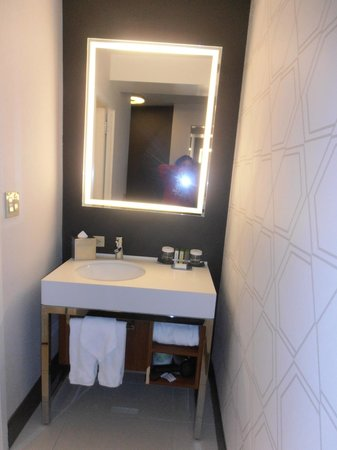 Doubletree Hotel Metropolitan - New York City: seperate sink to toilet and bathroom