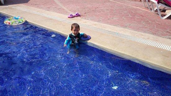 Hotel Barcelo Ixtapa Beach Resort: Tomando el sol en el chapoteadero