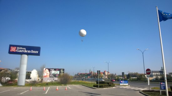 Hilton Garden Inn Hotel Krakow: View from parking lot