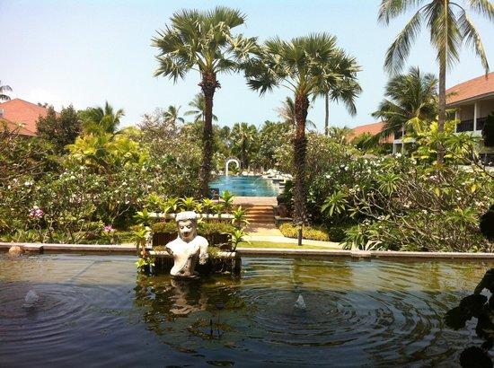 Bandara Resort & Spa: entrance & pool