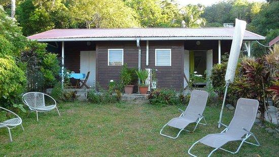 """Guest House Kotesi : A droite, le bungalow """"citronelle'"""