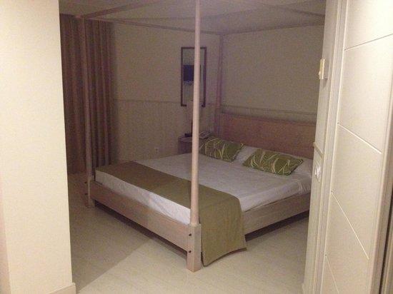 Vincci Tenerife Golf Hotel: 4 poster separate bedroom