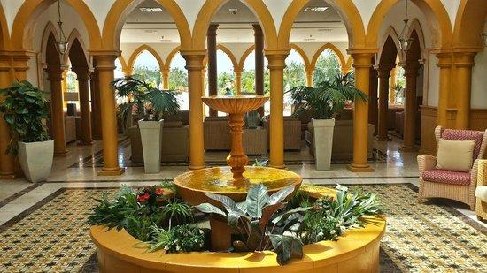 Gran Castillo Tagoro Family & Fun Playa Blanca: Hotel Lobby