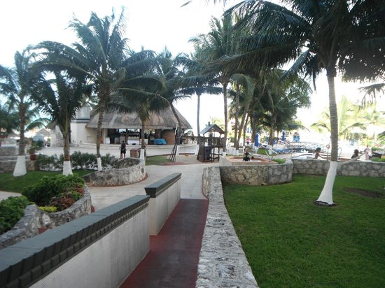 Casa Maya Cancun: walkway from tower 2 to pool area